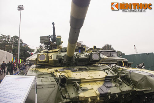 Một trong những điểm đặc biệt của các dòng xe tăng do Liên Xô/Nga sản xuất đó là dù hiện đại đến mấy, xe vẫn có một trang bị truyền thống đó là một thanh gỗ rất lớn ở phía sau thân.