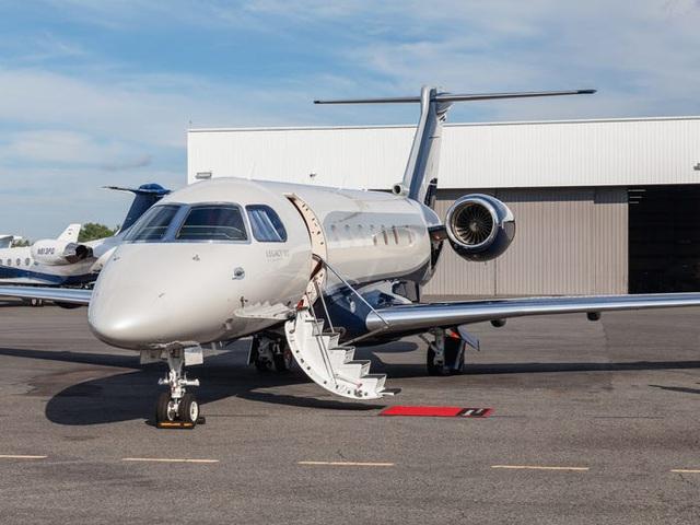 Legacy 500 của hãng chế tạo Embraer là một máy bay kích cỡ trung bình, được chế tạo để bay những quãng đường gần. Nó có giá 20 triệu USD với nội thất làm bằng da và gỗ cùng mặt sản làm bằng những loại đá đắt tiền.