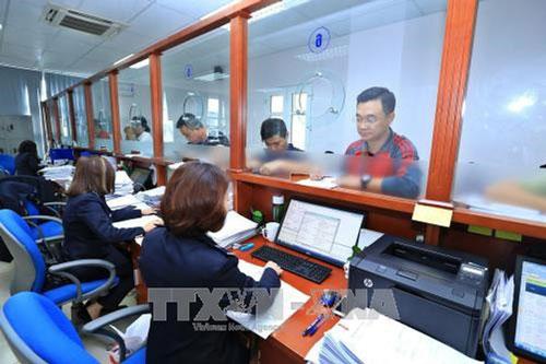 Mở tờ khai tập hàng nhập khẩu tại Chi cục hải quan cửa khẩu sân bay quốc tế Nội Bài. (Ảnh: TTXVN)