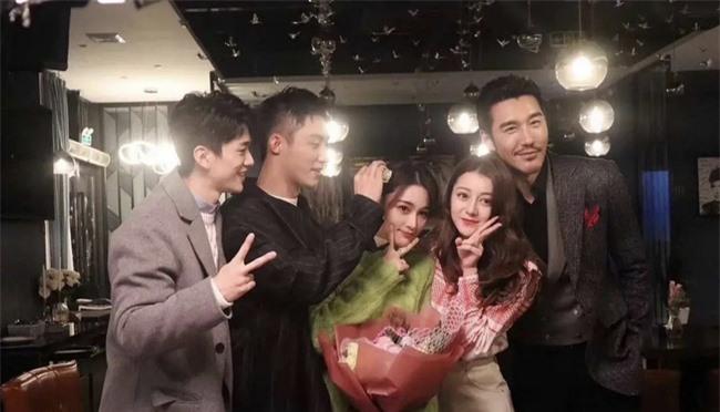 Địch Lệ Nhiệt Ba hôn má Trương Hinh Dư khiến fans bất chấp đẩy thuyền tình chị em thắm thiết - Ảnh 5.