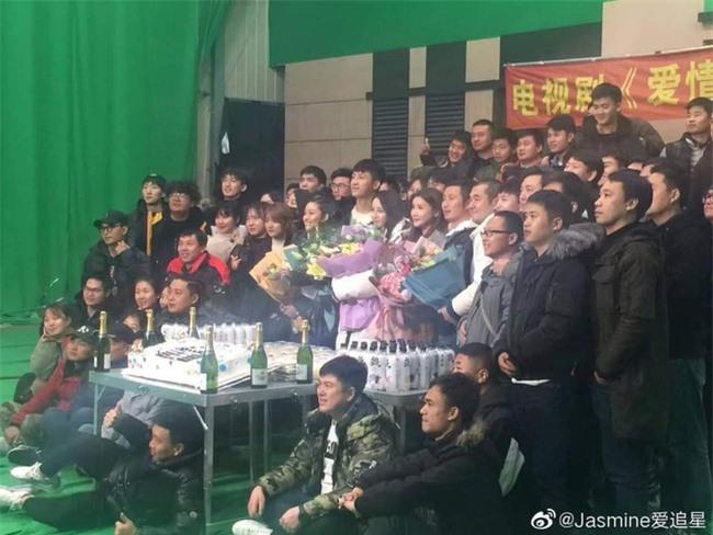 Địch Lệ Nhiệt Ba hôn má Trương Hinh Dư khiến fans bất chấp đẩy thuyền tình chị em thắm thiết - Ảnh 7.