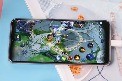 Z5i được trang bị tấm nền màn hình IPS kích thước 6,53 inch, độ phân giải Full HD Plus (2.340x1.080 pixel), mật độ điểm ảnh 395 ppi. Màn hình này được chia theo tỷ lệ 19,5:9, thiết kế dạng giọt nước, chiếm 90,30% diện tích mặt trước.