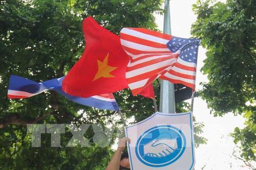 Quốc kỳ Việt Nam, Mỹ và Triều Tiên trên khắp các tuyến phố Hà Nội. (Ảnh: TTXVN)