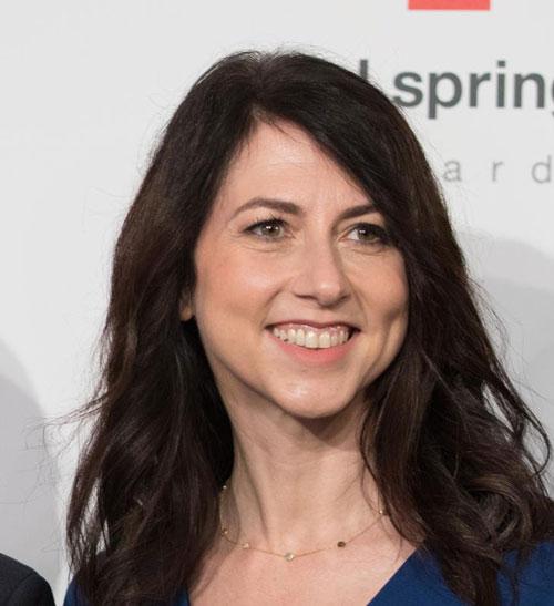 Sau khi hoàn tất thủ tực ly hôn với tỷ phú giàu nhất thế giới Jeff Bezos hồi giữa năm, bà MacKenzie Bezos nhận được 25% tổng tài sản, tương ứng với 4% cổ phiếu của Amazon. Theo đó, MacKenzie trở thành người phụ nữ giàu thứ 4 thế giới và thứ 15 trong danh sách Forbes 400 năm 2019 với 34,5 tỷ USD.