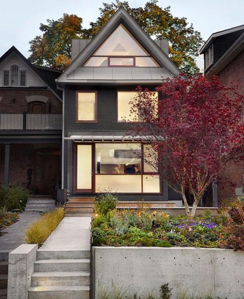 Mặt tiền nhiều cửa kính lớn thuận tiện cho ngắm cây cối phố phường.