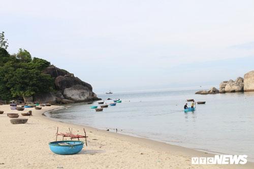 """Gặp nhau, """"vua rùa"""" Lê Xuân Ái cùng Vũ thực hiện cuộc tìm hiểu về lịch sử rùa biển ở hòn đảo Cù Lao Chàm."""