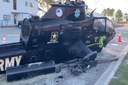 Vụ việc mới xảy ra hồi cuối tuần vừa rồi khiến nhiều người không khỏi ngạc nhiên khi một trực thăng tấn công uy lực của Lục quân Mỹ bị hạ gục trong một vụ tai nạn với... xe hơi. Nguồn ảnh: Twitter.