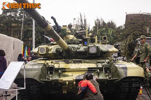 Xe tăng T-90 của Việt Nam có cơ số đạn dự trữ tổng cộng là 43 viên, trong đó hệ thống nạp đạn tự động của xe bao gồm 22 viên sẵn sàng chiến đấu.