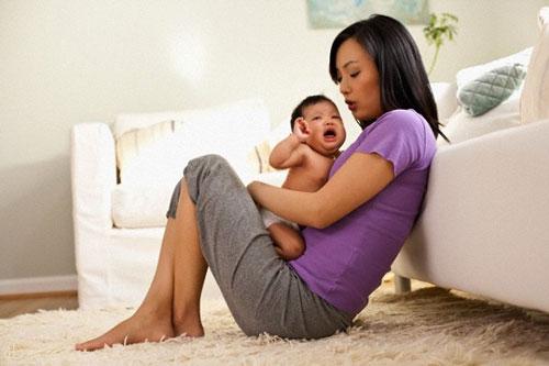 Cứ thế, tôi mang thai, sinh con một mình và tự bỏ tiền ra thuê người chăm sóc. (Ảnh minh họa)