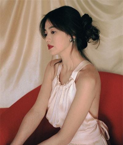 Sao Hàn diện đồ hở lưng: YoonA đẹp như nữ thần, Hwasa bị chê phản cảm