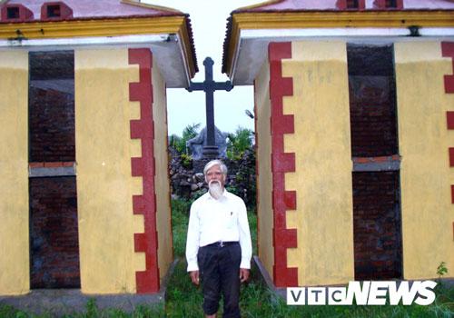 Ông Vũ Xuân Bao và hai ngôi mộ tập thể khổng lồ giữ xác hài nhi.