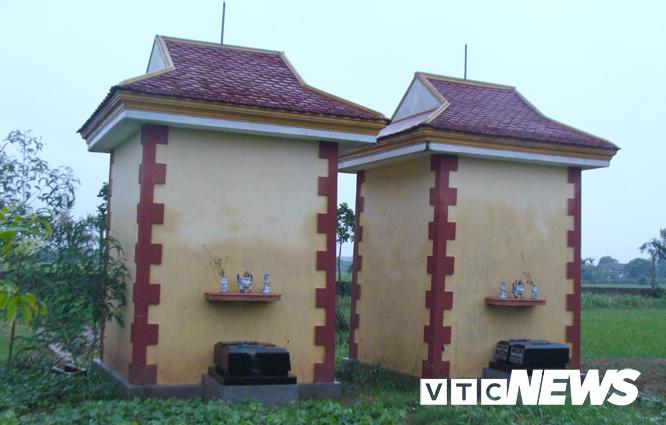Người dân trong vùng không dám lại gần hai ngôi mộ này.