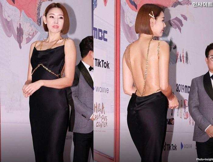 Xuất hiện tại sự kiện, Han Hye Jin gây chú ý khi diện thiết kế quyến rũ. Nàng mẫu chọn cho mình chiếc đầm màu đen, bằng lụa với dáng ôm sát. Item gây ấn tượng khi khoe trọn phần lưng quyến rũ của 8X. Ảnh: @insight_co_kr.
