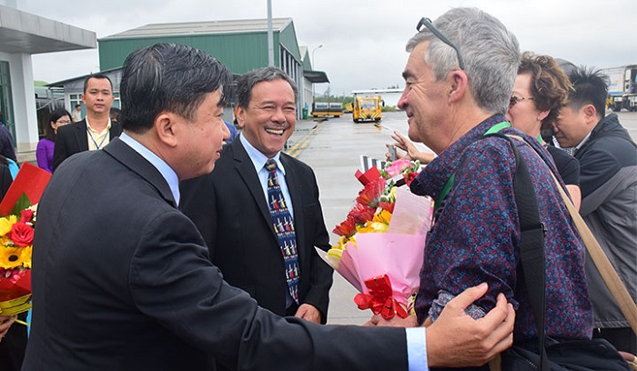 Lãnh đạo sở Du lịch tỉnh Thừa Thiên Huế đón và tặng quà cho những du khách đầu tiên đến vùng đất Cố Đô bằng đường hàng không năm 2020