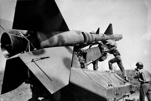 Trong thời gian những năm 1964 và 1965, Phòng không Việt Nam gần như không có gì trong tay để có thể tấn công được máy bay Không quân Mỹ khi chúng bay ở độ cao từ 4 tới 5 km trở lên. Nguồn ảnh: TL.