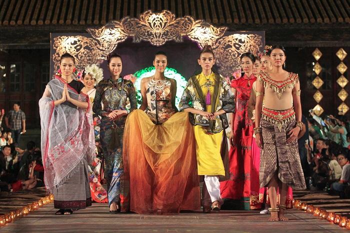 Đêm ASEAN - một cuộc trình diễn văn hoá Đông Nam Á qua những sắc màu độc đáo của trang phục dân tộc, thời trang và âm nhạc huyền ảo.