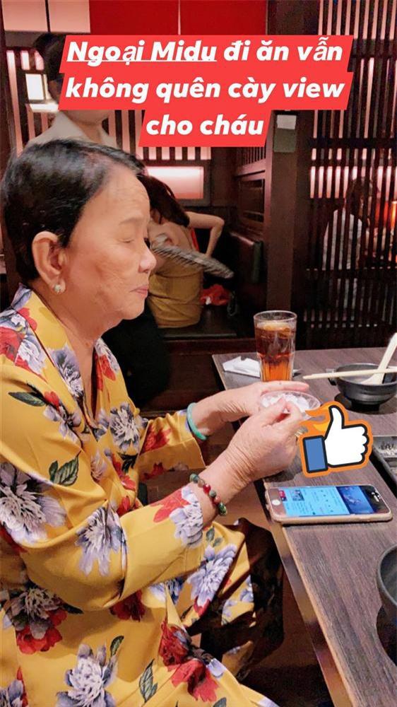 """Hiếm có ai được hậu thuẫn """"êm ái"""" như Midu: Bà ngoại vừa đi ăn vẫn bật điện thoại cày view MV nói về tình cũ cho cháu gái - Ảnh 3."""