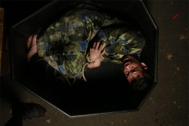 Trót lên giường với Yaya Trương Nhi, Hiệp Gà bị Hà Việt Dũng chôn sống trong Tiền Nhiều Để Làm Gì? - Ảnh 4.