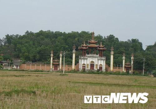 Cổng chùa Linh Sơn dưới chân núi Phượng Hoàng ở làng Mỹ Cụ.