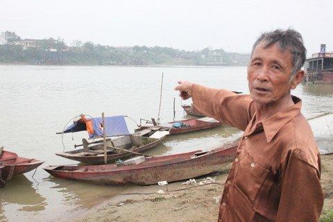 Nhiều người lấy nước ở ngã ba Bạch Hạc để mong thăng quan.