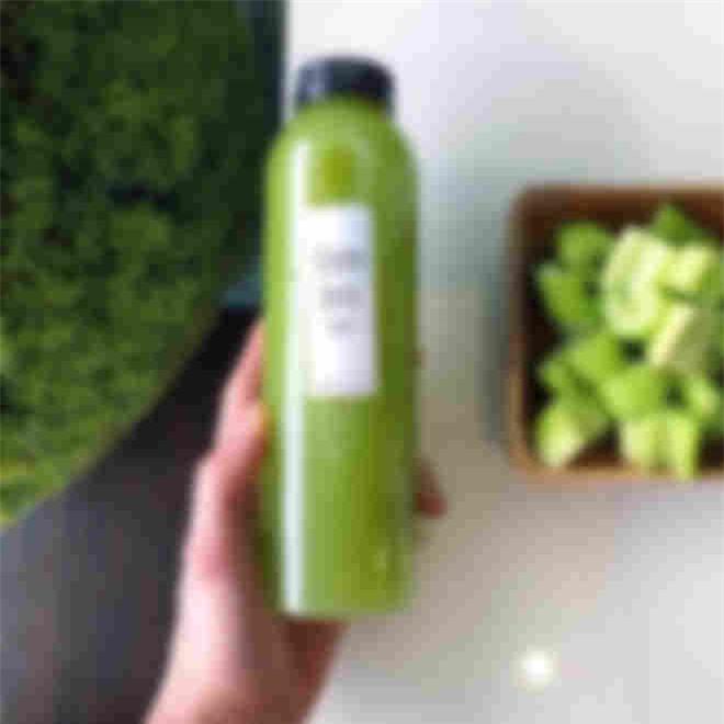 Được biết công dụng tuyệt vời của nước ép cần tây chính là làm sạch và thải độc cho cơ thể, ngăn ngừa nguy cơ mắc bệnh ung thư, giúp nhuận tràng, ngủ ngon, cải thiện vóc dáng và làn da…