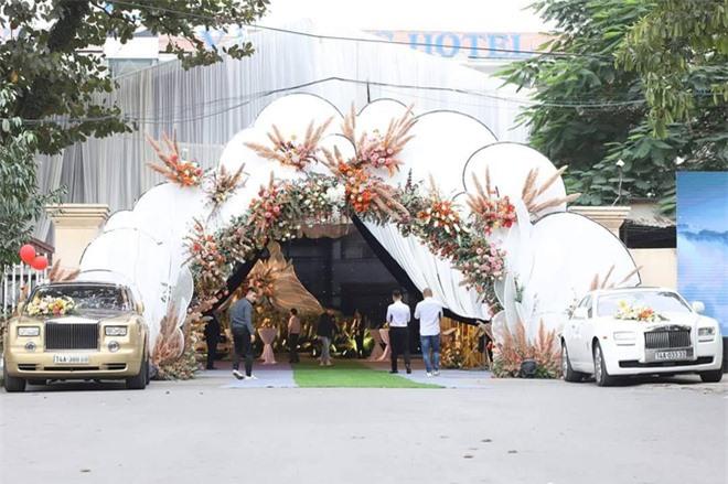 Hé lộ chi phí tổ chức khủng 54 tỷ đồng cùng hình ảnh dàn xe siêu sang biển tứ quý bạc tỷ trong đám cưới con đại gia Quảng Ninh  - Ảnh 1.