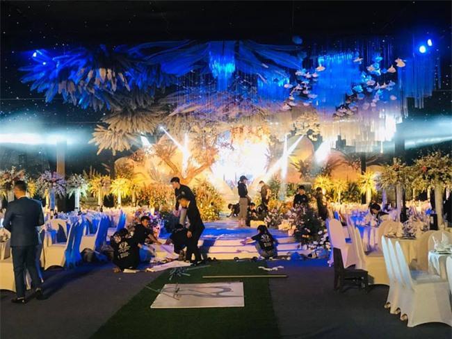 Hé lộ chi phí tổ chức khủng 54 tỷ đồng cùng hình ảnh dàn xe siêu sang biển tứ quý bạc tỷ trong đám cưới con đại gia Quảng Ninh  - Ảnh 4.