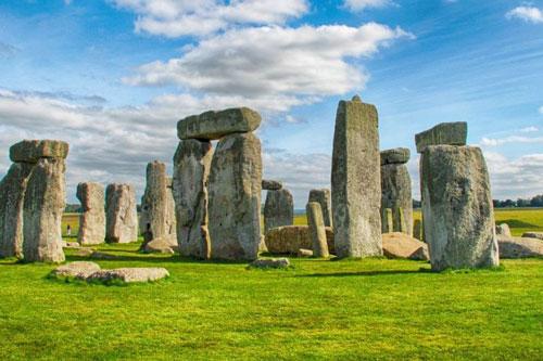 Từ Stonehenge (tượng đài cự thạch ở Anh) đến Macchu Piccu (khu tàn tích Inca tại Peru), các dân tộc cổ đại đã tìm cách di chuyển loạt viên đá có tỷ lệ lớn để xây dựng kỳ quan. Người Olmec ở Trung Mỹ có thể di chuyển đầu đá khổng lồ bằng cách thả xuống sông trên bè. Người Inca ở miền Nam Mỹ kéo tảng đá hàng chục km để tạo ra vương quốc trên đỉnh núi. Người dân đảo Phục Sinh (Chile) chạm khắc và di chuyển các tác phẩm điêu khắc đá lớn nhất thế giới. Ảnh: BBC, Ticket Machu Picchu, Atlas Obscura, Latinamericanalliance.