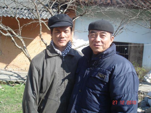 Tác giả (trái) và ông Mã Phứ, con trai Mã Chính Minh, cháu Mã Học Văn.