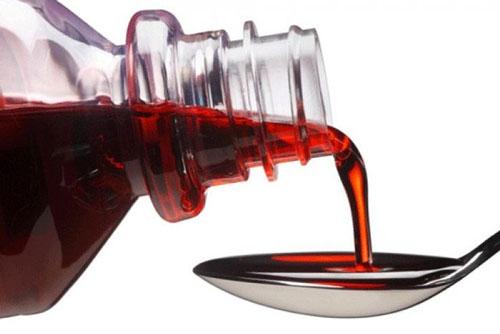 Các chuyên gia khuyến cáo, không cho trẻ uống sirô ho trước bữa ăn vì có thể ức chế tiết dịch tiêu hóa. Ảnh minh họa