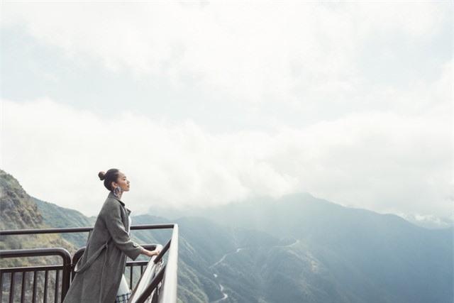 Dàn người đẹp Hoa hậu Hoàn vũ tạo dáng cực chất tại cầu kính Rồng Mây - Ảnh 9.
