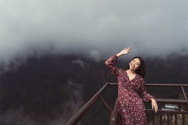 Dàn người đẹp Hoa hậu Hoàn vũ tạo dáng cực chất tại cầu kính Rồng Mây - Ảnh 10.