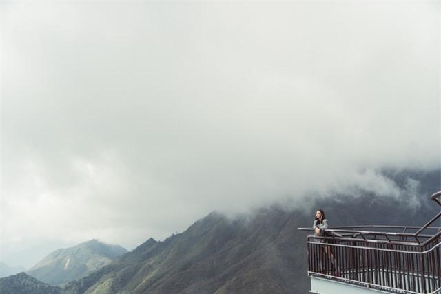 Dàn người đẹp Hoa hậu Hoàn vũ tạo dáng cực chất tại cầu kính Rồng Mây - Ảnh 1.