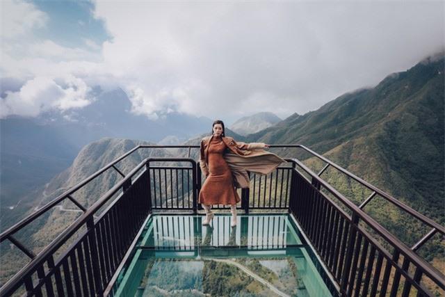 Dàn người đẹp Hoa hậu Hoàn vũ tạo dáng cực chất tại cầu kính Rồng Mây - Ảnh 2.