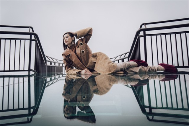 Dàn người đẹp Hoa hậu Hoàn vũ tạo dáng cực chất tại cầu kính Rồng Mây - Ảnh 3.