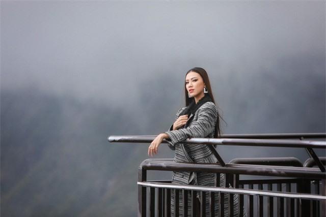 Dàn người đẹp Hoa hậu Hoàn vũ tạo dáng cực chất tại cầu kính Rồng Mây - Ảnh 4.