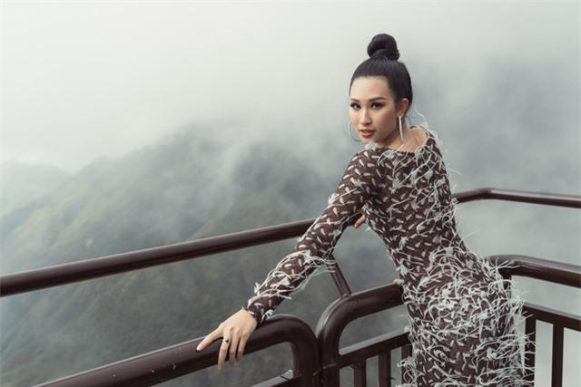 Dàn người đẹp Hoa hậu Hoàn vũ tạo dáng cực chất tại cầu kính Rồng Mây - Ảnh 6.