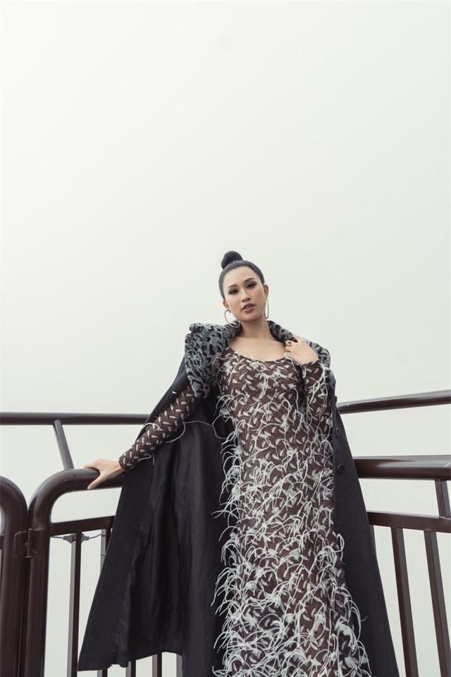 Dàn người đẹp Hoa hậu Hoàn vũ tạo dáng cực chất tại cầu kính Rồng Mây - Ảnh 7.