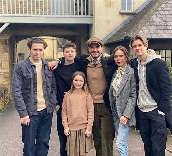 Trong ngày đầu năm mới, vợ chồng Becks đăng ảnh cả gia đình và gửi lời chúc tới các fan. Có fan xui Vic đẻ thêm cô con gái nữa.