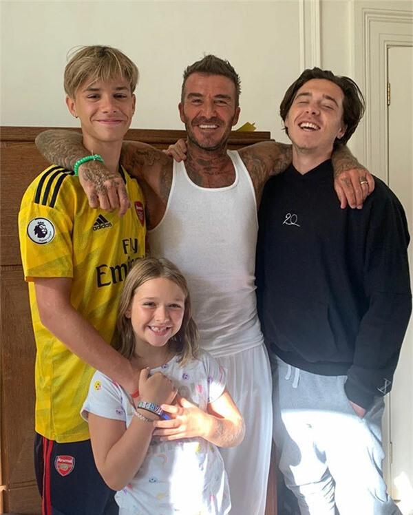 Romeo cũng chia sẻ một số ảnh bên bố, anh trai Brooklyn và cô em Harper.