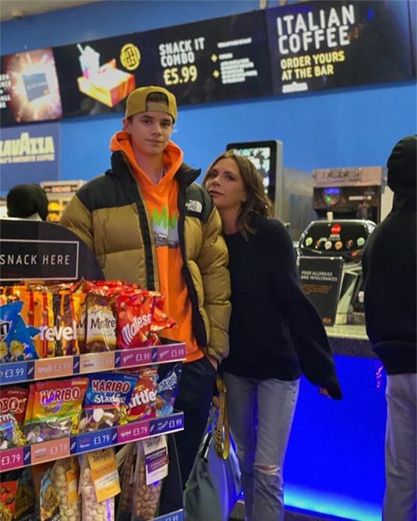 Chàng trai 17 tuổi khiến fan thích thú với khoảnh khắc đi mua sắm với mẹ.