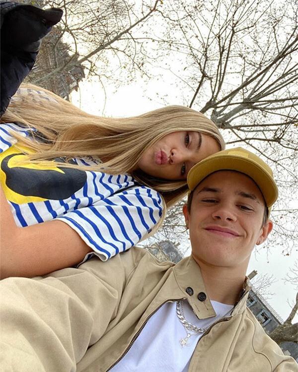 Cậu hai Romeo cũng đang say đắm bên tình yêu với bạn gái người mẫu Mia Regen.