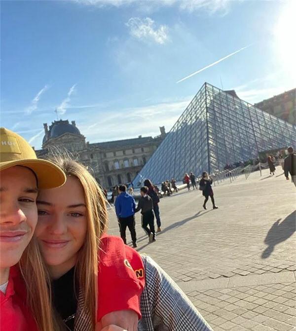 Trước đó, chàng trai 17 tuổi và người yêu kém một tuổi có chuyến du lịch tới Paris, Pháp.