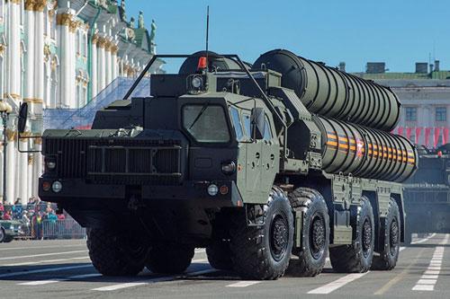 Tổ hợp tên lửa phòng không tầm xa S-400 Triumf bị chính các chuyên gia quân sự Nga nhận xét rằng có vai trò rất mờ nhạt khi đặt cạnh Pantsir-S1 trong nhiệm vụ đảm bảo an toàn cho căn cứ không quân Hmeimim.