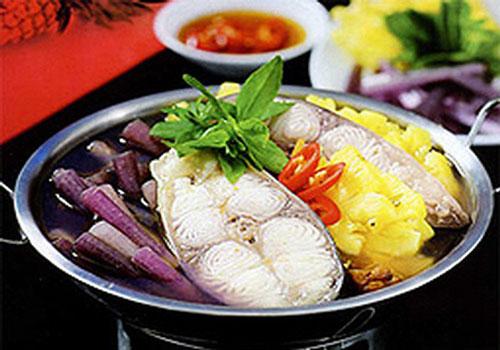 Lẩu cá bông lau: cá bông lau, xương heo, giá đậu, bông súng, rau đắng, đậu bắp, bạc hà, cà chua, dứa, me, ớt, rau ngổ, mùi tàu, gia vị vừa đủ nấu lẩu ăn.
