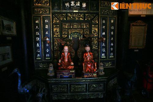 Tọa lạc tại số 41 Hoàng Dư Khương, Q. 10 TP HCM, Bảo tàng Y học cổ truyền Việt Nam - một trong số ít bảo tàng tư nhân trong nước - là nơi đem đến nhiều điều bất ngờ cho du khách tới thăm quan. Ảnh: Bàn thờ Y tổ đặt tại bảo tàng, nơi có tượng và bát vị thờ hai danh y được coi là ông tổ của Y học cổ truyền Việt Nam là Thiền sư Tuệ Tĩnh (thế kỷ 14) và Hải Thượng Lãn Ông - Lê Hữu Trác (thế kỷ 18).
