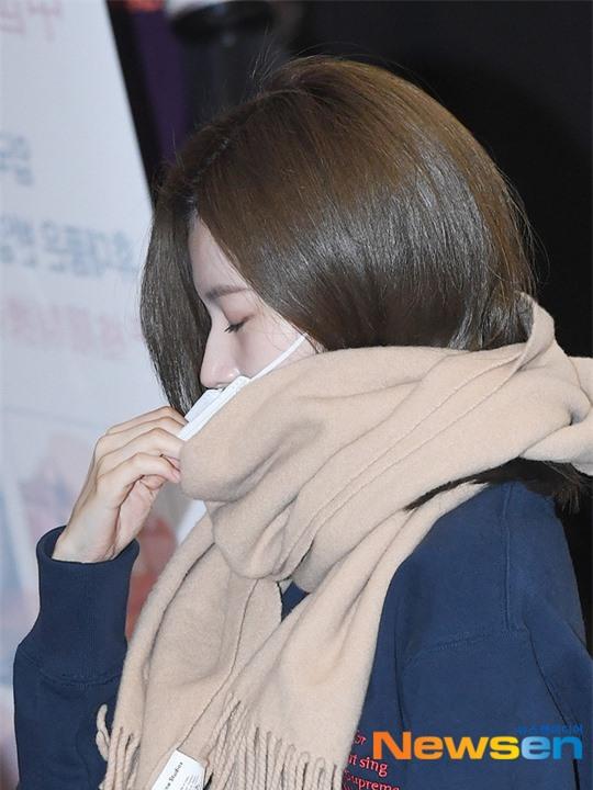 Lisa (BLACKPINK) diện bộ cánh tôn chân dài siêu thực, nữ thần TWICE và Park Seo Joon giản dị mà vẫn quá nổi tại sân bay - Ảnh 9.