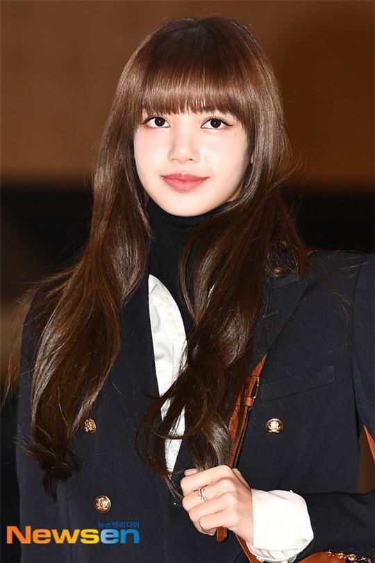 Lisa (BLACKPINK) diện bộ cánh tôn chân dài siêu thực, nữ thần TWICE và Park Seo Joon giản dị mà vẫn quá nổi tại sân bay - Ảnh 4.