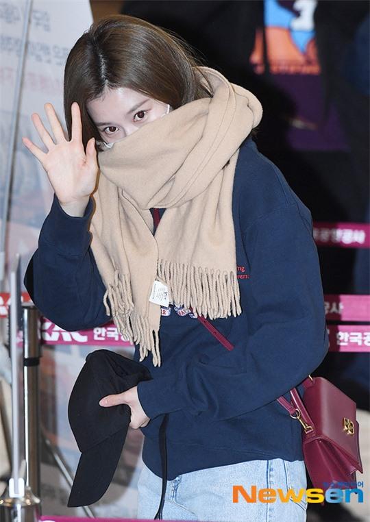 Lisa (BLACKPINK) diện bộ cánh tôn chân dài siêu thực, nữ thần TWICE và Park Seo Joon giản dị mà vẫn quá nổi tại sân bay - Ảnh 7.