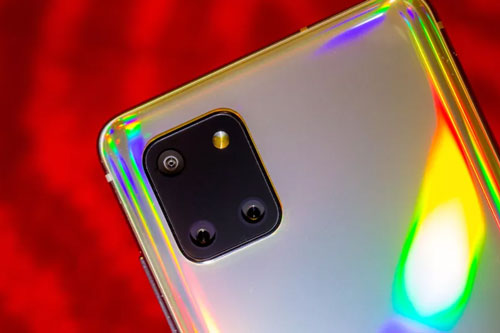 Samsung Galaxy Note 10 Lite có 3 camera sau. Cảm biến chính 48 MP, khẩu độ f/2.0, hỗ trợ công nghệ lấy nét Dual Pixel PDAF, chống rung quang học (OIS). Cảm biến góc rộng 123 độ với độ phân giải 12 MP, f/2.2 và ống kính macro 5 MP, f/2.4. Bộ ba này được trang bị đèn flash LED, quay video 4K tốc độ khung hình/giây hoặc HD tốc độ 960 khung hình/giây.